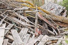 Albero caduto su costruzione di legno distrutta Fotografia Stock