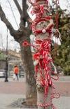 Albero con i braccialetti di martenitsa, Varna, Bulgaria Fotografie Stock