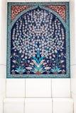 Albero con i fiori bianchi nel posto adatto nella grande moschea Fotografia Stock Libera da Diritti