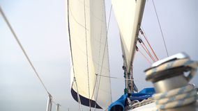 Albero con la vela bianca su un yacht archivi video