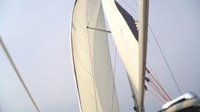 Albero con la vela bianca su un yacht video d archivio