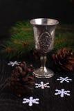 Albero d'annata dei fiocchi di neve della tazza di natura morta Fotografie Stock Libere da Diritti