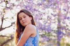 Albero del Jacaranda e della ragazza Fotografia Stock