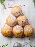 Albero del muffin di Natale, zucchero a velo Cottura di festa Fotografie Stock