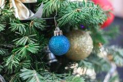 Albero del nuovo anno con la caduta della neve della cartolina di Natale del primo piano del giocattolo Fotografie Stock