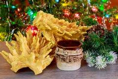 albero del nuovo anno di sakotis e candela di Buon Natale fotografie stock libere da diritti