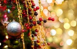 Albero del nuovo anno e palla decorativi dell'argento Fotografia Stock