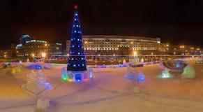 Albero del nuovo anno sul quadrato di rivoluzione Immagine Stock