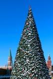 Albero del nuovo anno sul quadrato rosso. Mosca Immagini Stock