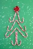 Albero della canna di caramella in neve Fotografie Stock Libere da Diritti