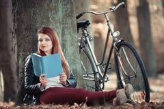 albero della lettura del libro sotto la donna Fotografia Stock Libera da Diritti