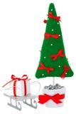 Albero di abete con il contenitore di regalo sulla slitta Fotografie Stock Libere da Diritti