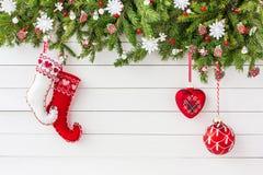 Albero di abete di Natale, calzini di Natale e fondo bianco del bordo di legno del decorationn Vista superiore, spazio della copi Immagine Stock Libera da Diritti