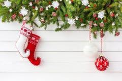 Albero di abete di Natale, calzini di Natale sul fondo bianco del bordo di legno Vista superiore, spazio della copia Immagini Stock Libere da Diritti