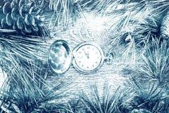 Albero di abete di Natale con i coni e l'orologio Immagini Stock Libere da Diritti