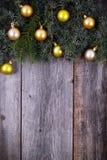 Albero di abete di Natale con la decorazione dorata su un bordo di legno Immagine Stock Libera da Diritti
