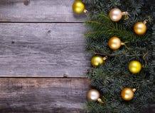 Albero di abete di Natale con la decorazione dorata su un bordo di legno Immagini Stock