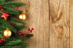 Albero di abete di Natale con la decorazione su un di legno Fotografia Stock