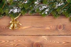 Albero di abete di Natale con neve e decorazione di festa su di legno rustico Fotografie Stock Libere da Diritti