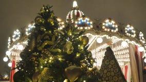 Albero di abete di Natale con il primo piano dei giocattoli Decorazione della città per la festa Nei precedenti sfuocato gira stock footage