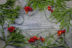 Albero di abete di Natale con la decorazione su fondo di legno scuro Spazio per testo Immagine Stock Libera da Diritti