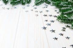 Albero di abete di Natale in neve con le stelle d'argento su fondo di legno bianco Fotografia Stock Libera da Diritti