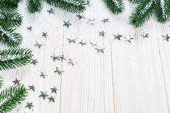 Albero di abete di Natale in neve con le stelle d'argento su fondo di legno bianco Fotografie Stock Libere da Diritti