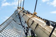 Albero di bompresso e rete di sicurezza di una nave alta storica Fotografie Stock Libere da Diritti