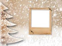 Albero di carta di Natale sui precedenti innevati Immagine Stock