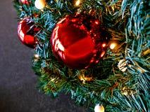 Albero di Christmass in girlands e giocattoli Fotografia Stock Libera da Diritti