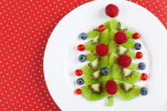Albero di Kiwi Christmas - l'idea dell'alimento di divertimento per i bambini fa festa o fa colazione immagini stock libere da diritti