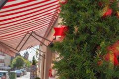 Albero di Natale all'entrata vicino al deposito in Germania all'aperto fotografie stock libere da diritti
