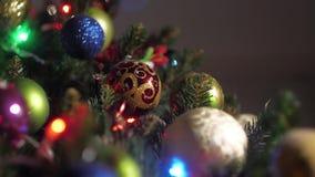 Albero di Natale artificiale, decorato con le belle palle archivi video