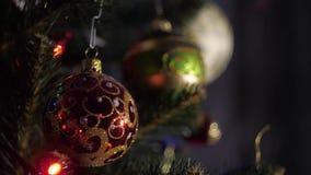Albero di Natale artificiale, decorato con le belle palle 2 archivi video