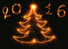 Albero di Natale astratto con l'iscrizione 2016 su un fondo nero Fotografia Stock Libera da Diritti