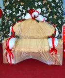 Albero di Natale avvolto pittoresco del sofà Immagine Stock