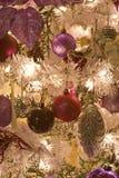 Albero di Natale bianco artificiale con gli ornamenti Immagine Stock