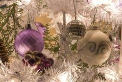 Albero di Natale bianco con le lampadine e gli ornamenti. fotografia stock libera da diritti