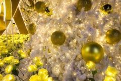Albero di natale bianco con le palle dorate ed i fiori artificiali gialli come ornamenti di Natale Immagine Stock Libera da Diritti