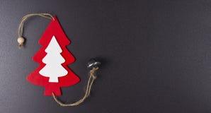 Albero di natale bianco e di rosso su fondo nero Tema di natale per il nuovo anno Concetto di feste Fotografia Stock Libera da Diritti