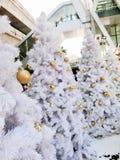 Albero di natale bianco nel centro della città di Bangkok Immagini Stock Libere da Diritti
