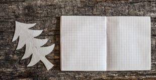 Albero di Natale di carta su fondo di legno Fotografia Stock Libera da Diritti