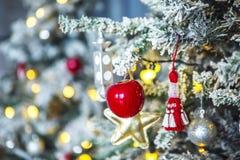 Albero di Natale con gelo bianco sui perni Immagini Stock Libere da Diritti