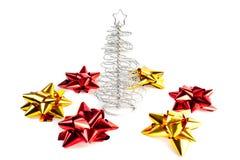 albero di Natale con gli archi dell'oro e di colore rosso Fotografia Stock