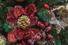 Albero di Natale con gli interni rossi e dorati delle decorazioni del fiore Natale Fine in su fotografie stock libere da diritti