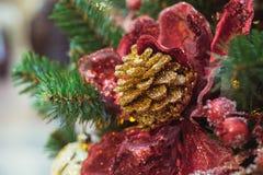 Albero di Natale con gli interni rossi e dorati delle decorazioni del fiore Natale Fine in su fotografia stock libera da diritti