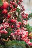 Albero di Natale con gli interni rossi e dorati delle decorazioni del fiore Natale Fine in su immagini stock libere da diritti