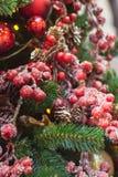 Albero di Natale con gli interni rossi e dorati delle decorazioni del fiore Natale Fine in su immagini stock