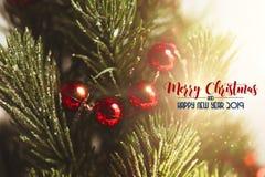 Albero di Natale con gli ornamenti che simbolizzano lo spirito del Natale immagine stock