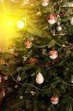 Albero di Natale con gli ornamenti d'attaccatura Immagine Stock